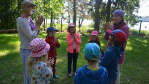 Rosengårdens förskolebarn leker med Eva Lang och Bodil Ljungqvist.