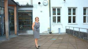 Rektor Monica Lemberg utanför Källhagens skola.