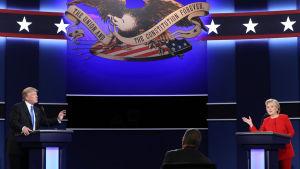 Donald Trump och Hillary Clinton i den första tv-sända debatten inför presidentvalet 2016.