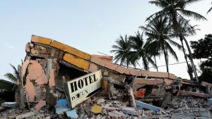 Ett hotell som rasat i staden Juchitan i södra Mexiko, efter ett förödande jordskalv.