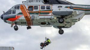 Räddningshelikopter hämtar patient.