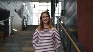 På bilden syns 21-åriga Emilia i yrkeshögskolan Aracdas trappor.