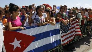 Kubaner firar att USA:s ambassad öppnas i Havanna år 2015.