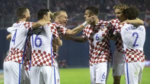 Kroatiens fotbollsherrar firar.