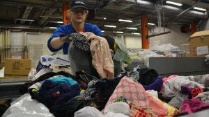 Kläder packas i Remeos lager i Vanda