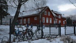 En röd träskola i Karis som är Kiilan koulu.