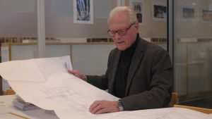 Stig Kavander sitter och tittar på en ritning