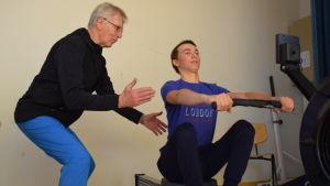 Stig-Olof Westerholm instruerar Amos Lindblom.