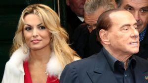 Silvio Berlusconi och hans 32-åriga flickvän Francesca Pascale besökte kapellet San Severo i Neapel på lördagen 3.3.2018.