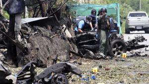 Muslimrebeller i södra Thailand utförde på söndagen ett tjugotal bombattacker mot bland annat  vägspärrar