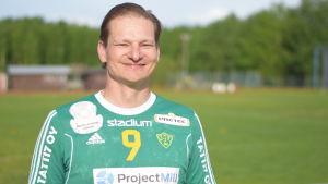 Pelle Broman, engagerad handbollspappa  och -tränare vid sportplan i Sjundeå