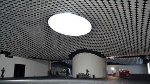Amos Rex utrymmen. I taket finns ett stort fönster genom vilket ljuset kommer in.