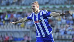 Joao Klauss jublar efter att ha fört upp i HJK i ledning i det första anfallet. Helsingforslaget slog till Vikingur med 3-1 och gick vidare med 5-2 totalt.
