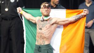 Conor McGregor med den irländska flaggan