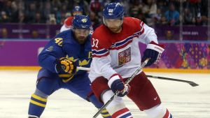 Henrik Zetterberg och Michal Rozsival på på isen i Olympiska vinterspelen i Sotji