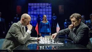 Foto från Svenska Teaterns uppsättning av Chess på svenska.