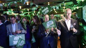 Supportrar lyssnar på valprognoser på Centerpartiets valvaka på Scandic Hötorget i Stockholm.