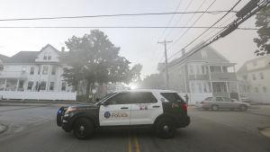 Polisen spärrade av drabbade bostadsområden i förstäderna Lawrence, Andover och North Andover utanför Boston