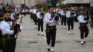 Musiker uppträder utanför Födelsekyrkan i Betlehem.