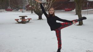 kvinna i danspose i snön