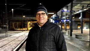 Kaj Suomela står på perrongen vid Vasa järnvägsstation.
