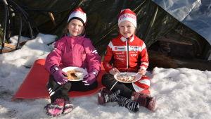 Minea Mattsson äter våfflor med systern Linn Mattsson.
