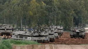 israel har koncentrerat stridsvagnar vid gränsen mot Gaza för den händelse att våldsamheterna förvärras