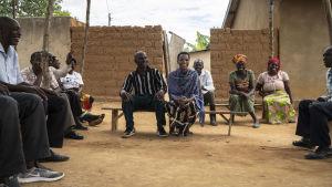 Rwandier sitter tillsammans i en försoningsby.