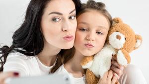 mor och dotter tar en selfie tillsammans
