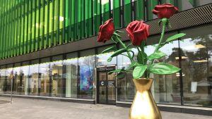 Nya barnsjukhuset, en skulptur som föreställer tre rosor i en guldvas utanför ingången,