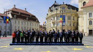 Bild från EU-toppmötet i Sibiu i Rumänien den 9 maj 2019. EU-ländernas ledare poserar på ett torg i den rumänska staden.