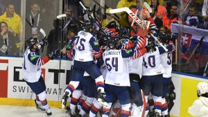 Storbritanniens herrlandslag i ishockey firar viktig seger.