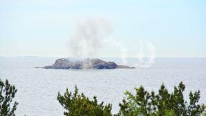 rök över holme efter kustrobotattack