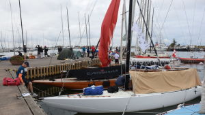 En massa sexor som är förtöjda vid kajen i Hangö, se seglar i världsmästerskap.