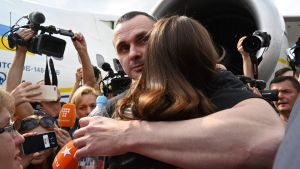 Det var stort journalistuppbåd runt den den ukrainske regissören Oleg Sentsov då han kramade om sin dotter Alina Sentsova på flygplatsen i Kiev på lördag eftermiddag.