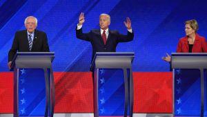 Joe Biden (i mitten) leder de senaste opinionsmätningarna, Elizabeth Warren ligger tvåa och Bernie Sanders trea.