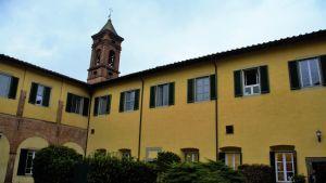Kyrktornet på universitetet Sant'Anna i Pisa, Italien
