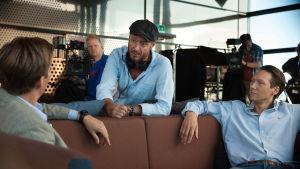 Regissören Øystein Karlsen talar med skådespelaren Simon J Berger under inspelning.