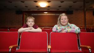 Riihimäen Nuorisoteatterin rehtori Sanna Saarela ja teatterioppilas Jaakko Piira istuvat Kino Sammon katsomossa.