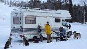 Kvinna firar vintersemester med baby och fyra hundar.