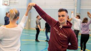 Punkalaitumen lukion vanhojentansseihin valmistautuva Jaakko Peräniitty ja tanssiparinsa Vilma