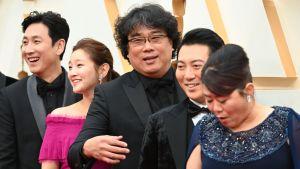 Teamet bakom filmen Parasite poserar under Oscarsgalan