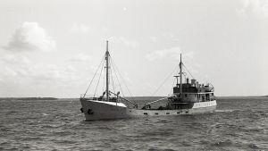 svartvit bild av litet lastfartyg fullastat med kol