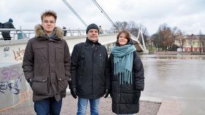 Två män och en kvinna vid gångbron i Borgå.