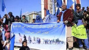 Folk i den krigshärjade staden Ghazni demonstrerade för fred förra veckan.