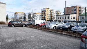 Tomma parkeringsplatser utanför Sockengården.
