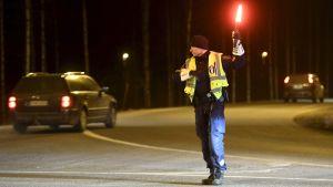 Polis bevakar trafiken vid en motorväg.