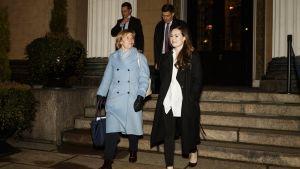 Anna-Maja Henriksson och Sanna Marin lämnar Ständerhuset. I bakgrunden syns två andra ministrar.