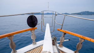 Fören på en yacht som seglar på havet.