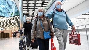 Brittiska turister på Heathrow Airport.